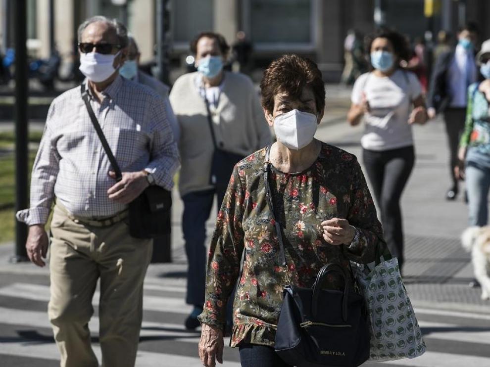Gente con mascarilla en una calle de Zaragoza