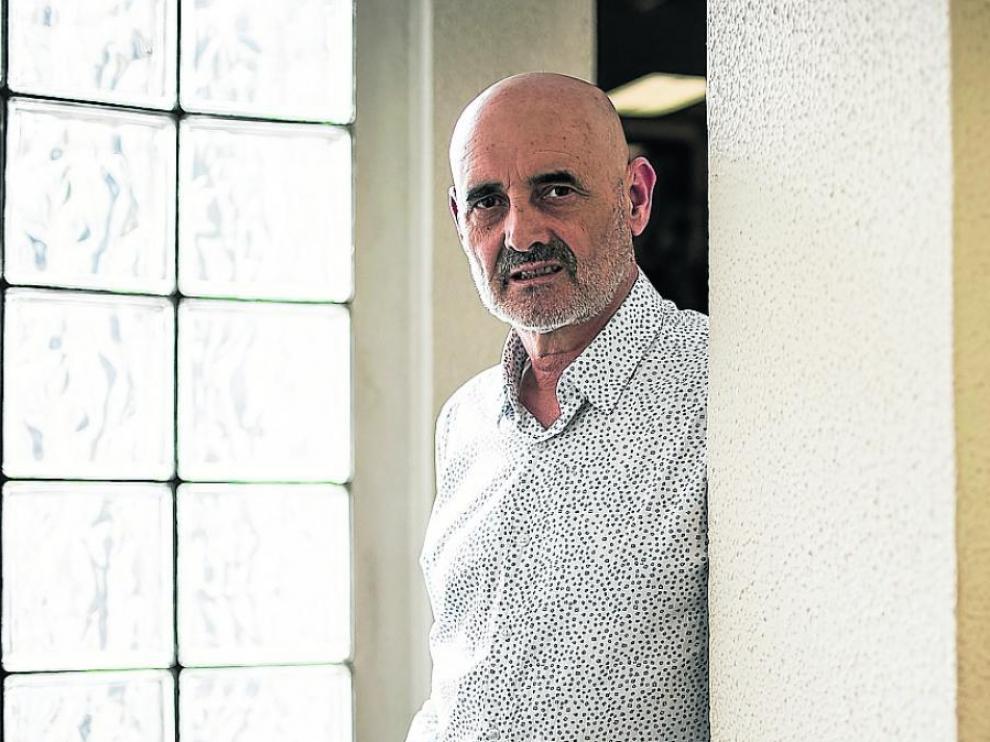 Miguel Mena publica 'Canciones tristes que nos alegran el día'.