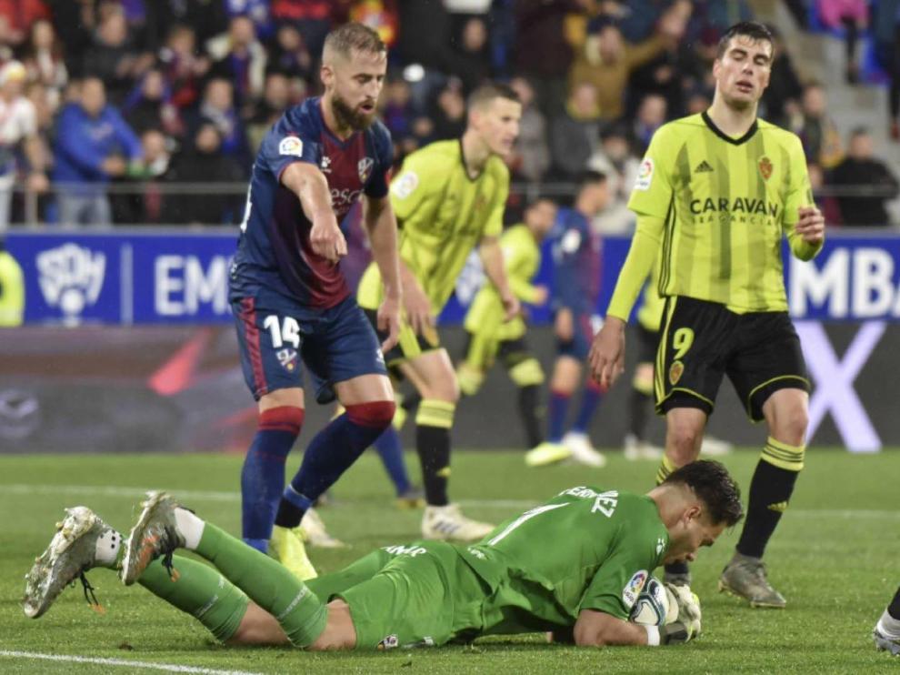 Un momento del partido Huesca-Real Zaragoza de la primera vuelta en El Alcoraz (2-1). Este enfrentamiento aragonés volverá a tener lugar en La Romareda en las jornadas que restan.