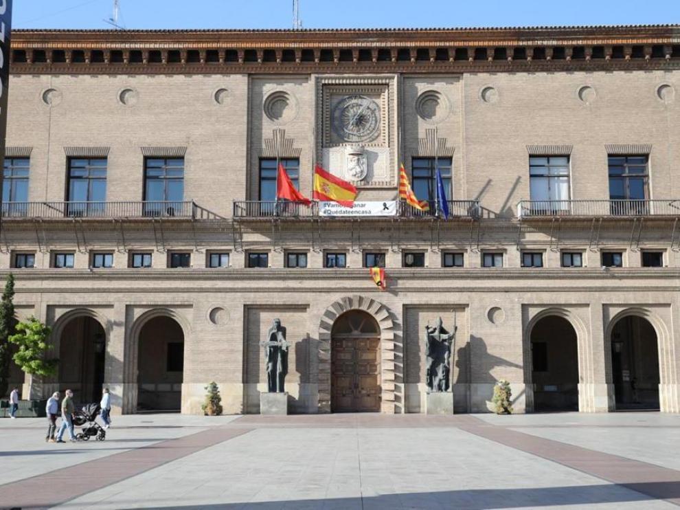 Las banderas de los edificios públicos ondearán a media asta y se recordará a las víctimas con un minuto de silencio.