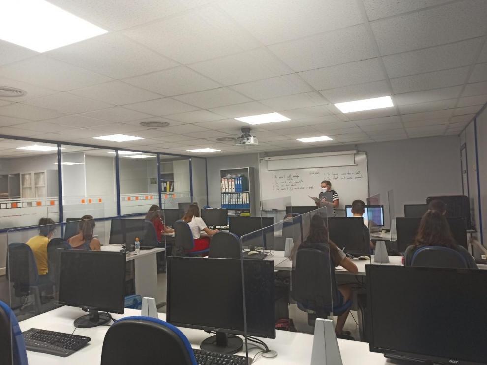 Alumnos separados por manparas, este miércoles, en Logos Centro Formativo de Alcañiz.