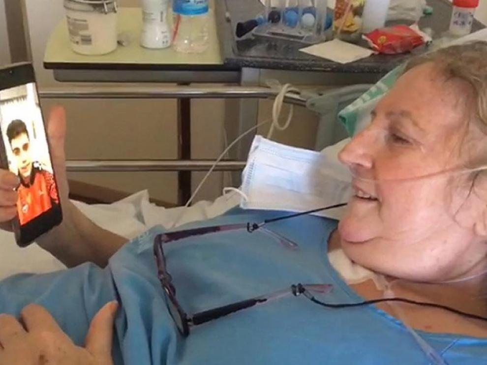 Carmela Mondéjar viendo el mensaje en vídeo que le envió Carlos Alocén.