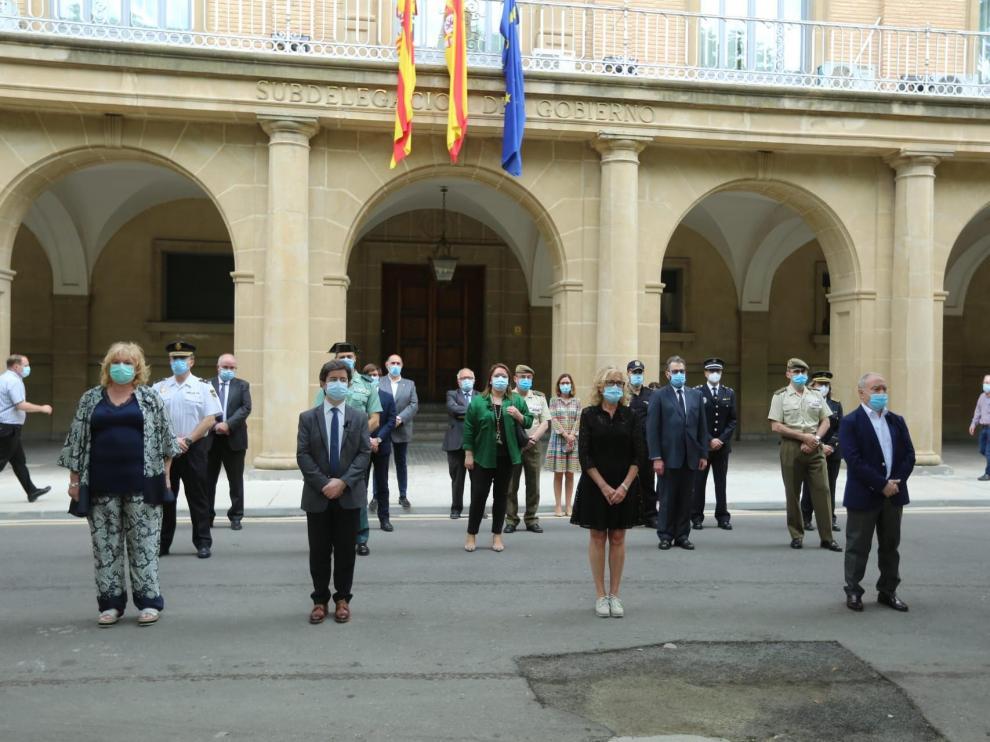 Representantes institucionales durante el minuto de silencio ante la Subdelegación del Gobierno de Huesca.