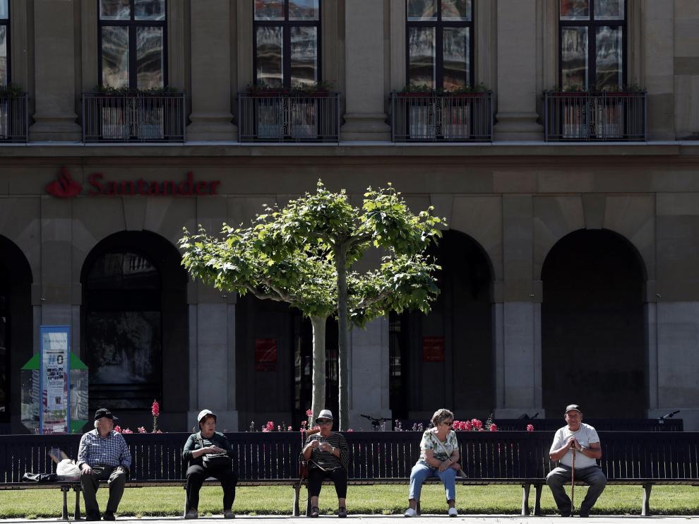 Jubilados sentados en un banco en Pamplona.