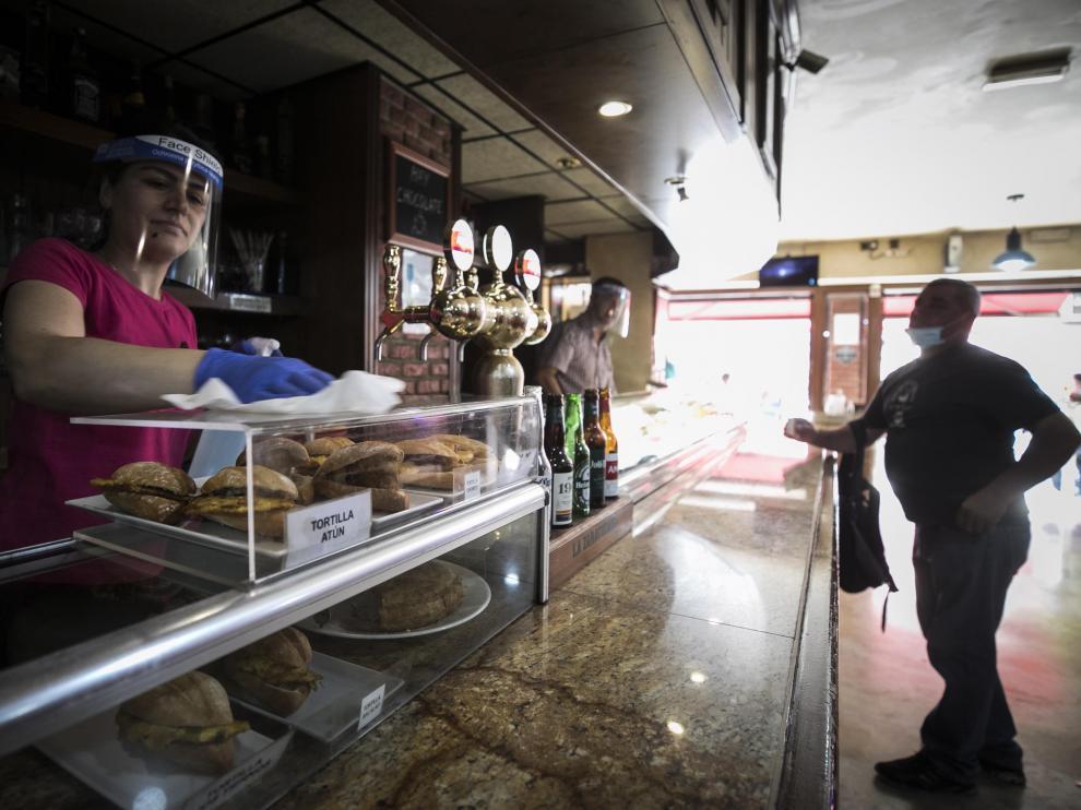 Yeta Duta, camarera del bar Vía Augusta, en la avenida de César Augusto, desinfecta el local.