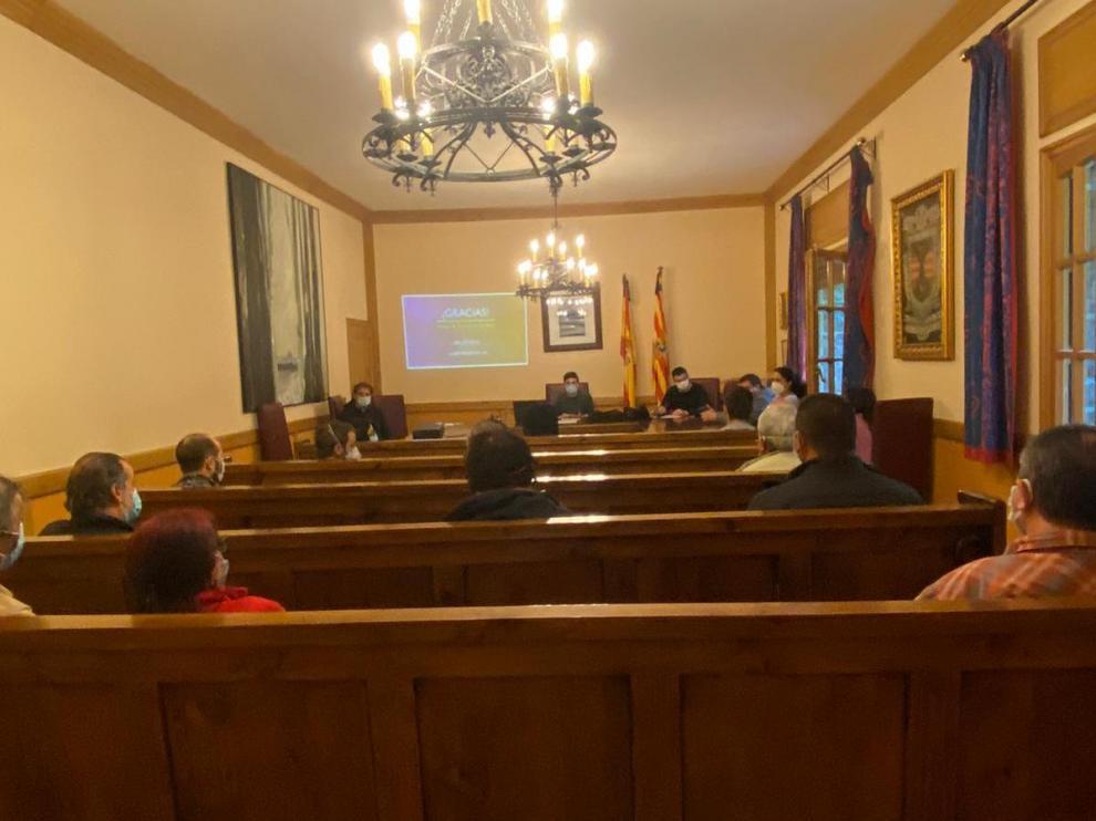 Reunión entre la Oficina de Turismo de Canfranc y empresarios de la localidad.