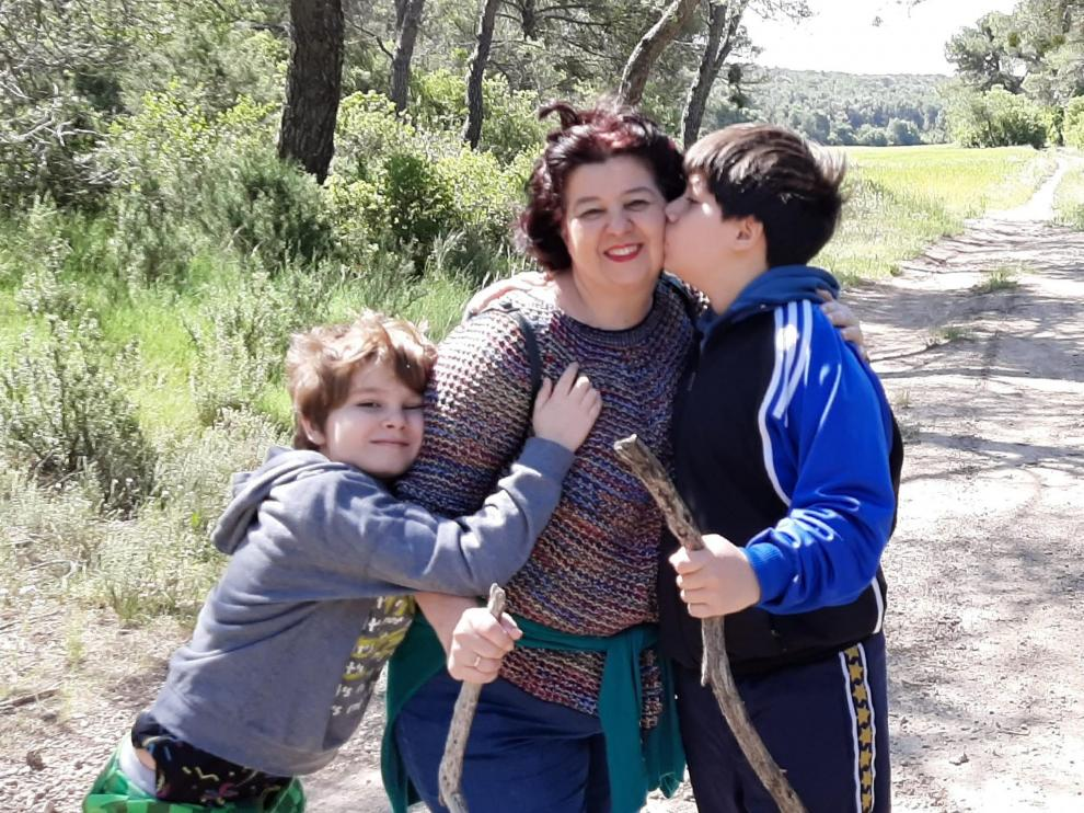 Dámaso y Rafael abrazan a su madre, Susana Villuendas