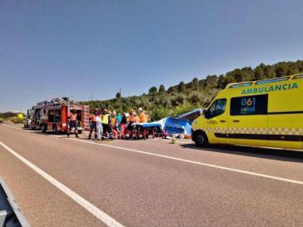 Labores de rescate del herido en el accidente en la N-420