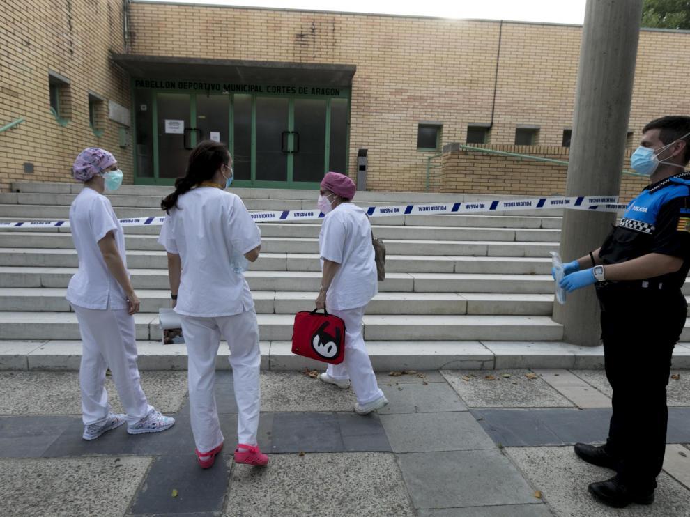 El personal sanitario entrando en el pabellón de Fraga para recibir a los nuevos ingresos