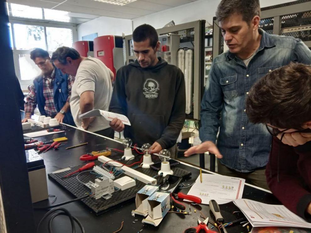 Alumnos del curso de Montaje y Mantenimiento de Instalaciones Solares Fotovoltaicas del CPIFP Pirámide de Huesca.