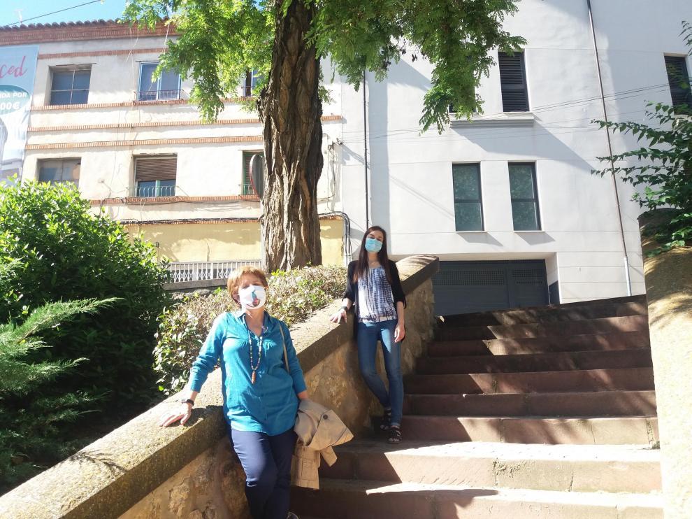 Dos representantes de Acacia junto a uno de los árboles más viejos que se conservan en la ciudad.