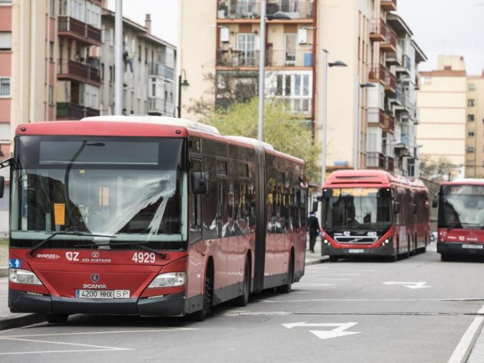 Algunos de los vehículos que recorren los barrios de Torrero y Parque Venecia.