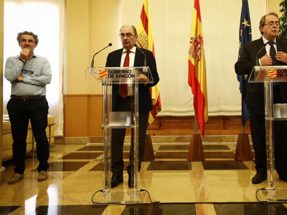 El presidente Lambán, junto al consejero de Hacienda y al director general de Salud Pública, tras el Consejo de Gobierno.