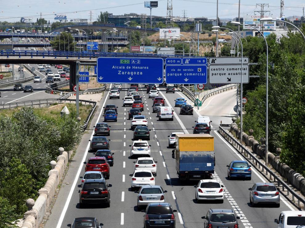 Estado del tráfico en la carretera A2, en sentido salida de Madrid, este viernes, una jornada en la que la Dirección General de Tráfico (DGT) ha activado a las 15.00 la primera Operación de Verano.
