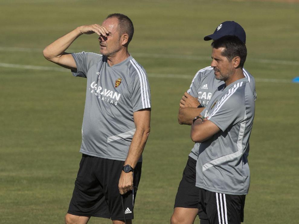 Loreto, junto a Víctor Fernández y Roberto Cabellud (tapado), el cuerpo técnico del Real Zaragoza en el entrenamiento del equipo.