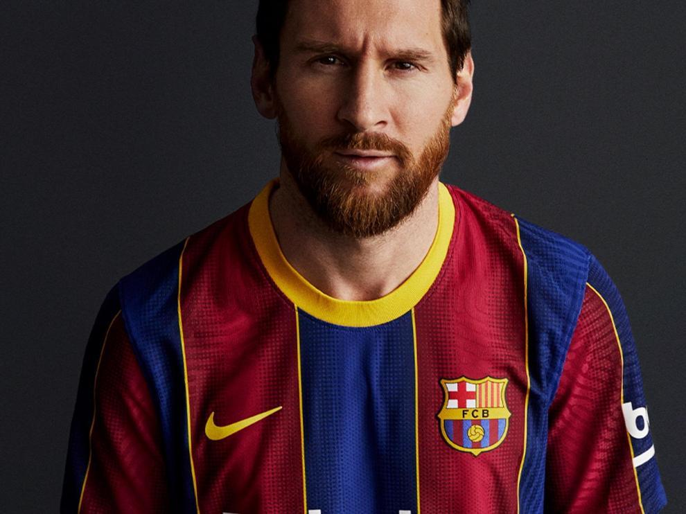 Leo Messi con la nueva camiseta del FC Barcelona.