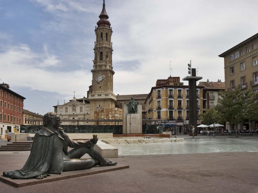 Escultura de Goya en la plaza del Pilar con La Seo de fondo.