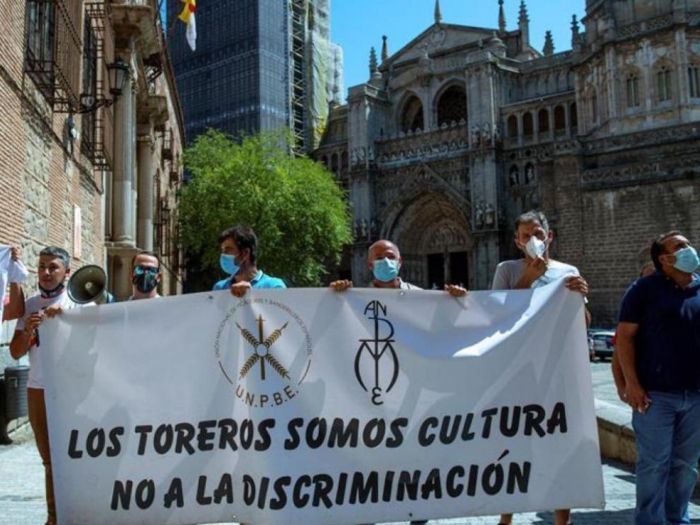 una veintena de personas del sector taurino han protagonizado una protesta a las puertas del Ayuntamiento de Toledo a la llegada de la ministra de Trabajo, Yolanda Díaz