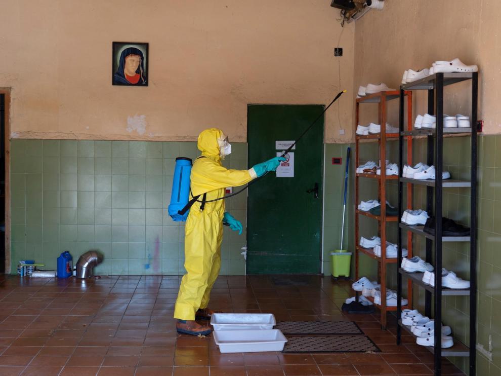 Desinfección de la residencia de Burbáguena realizada por los bomberos de la Diputación Provincial.