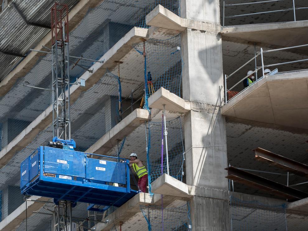 Trabajadores en una de las obras en marcha en la avenida de Navarra de Zaragoza.
