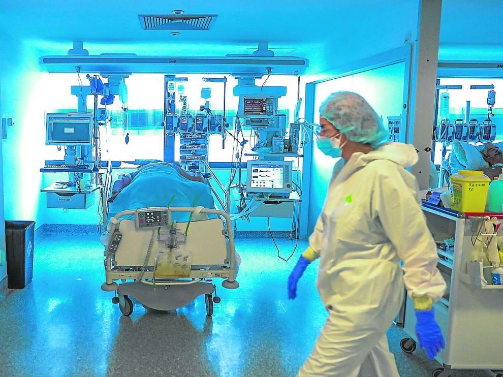 Personal médico en una uci del hospital Puerta de Hierro de Madrid