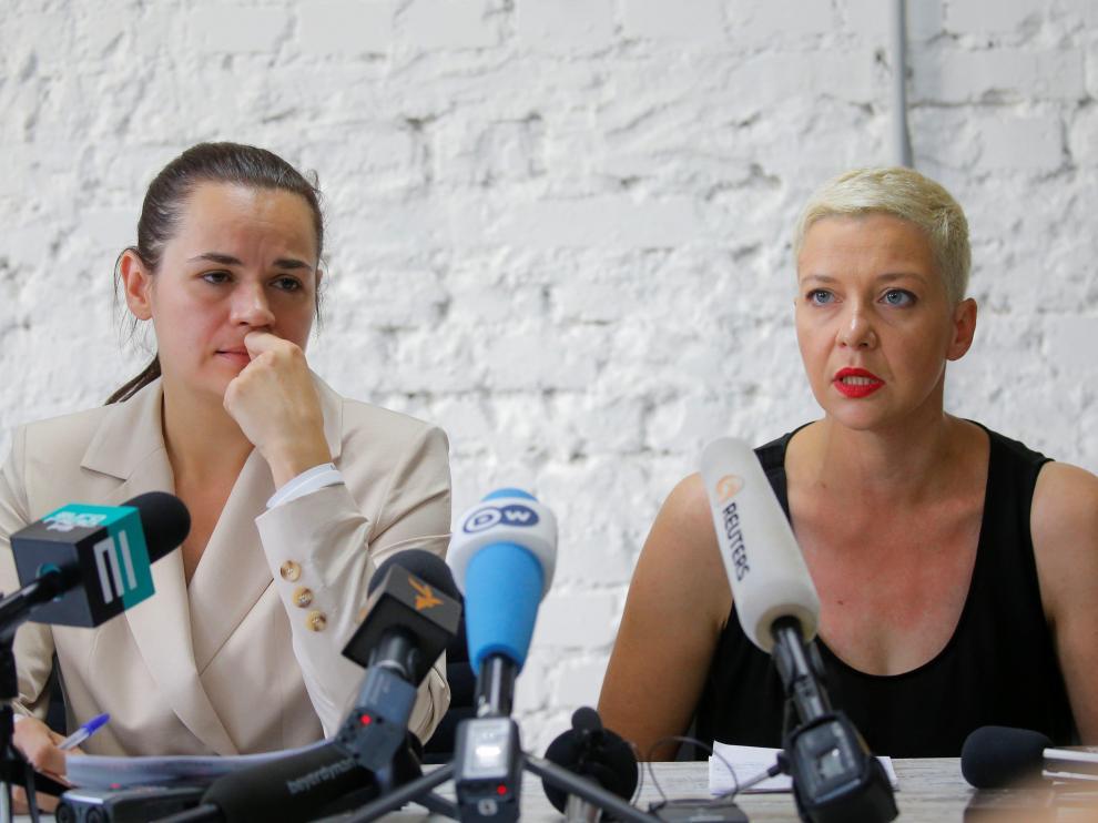 Svetlana Tikhanouskaya, a la izquierda, durante la rueda de prensa de este lunes.