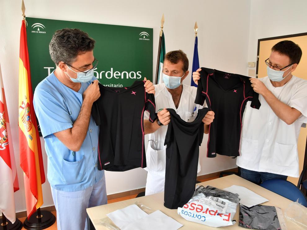 Los doctores Antonio Huente, José Antonio Morales y José Guirau, con las camisetas.