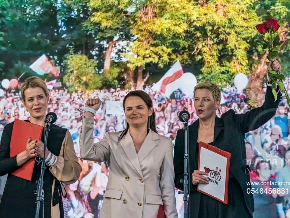 Las opositoras Svetlana Tijanovskaya, en el centro.