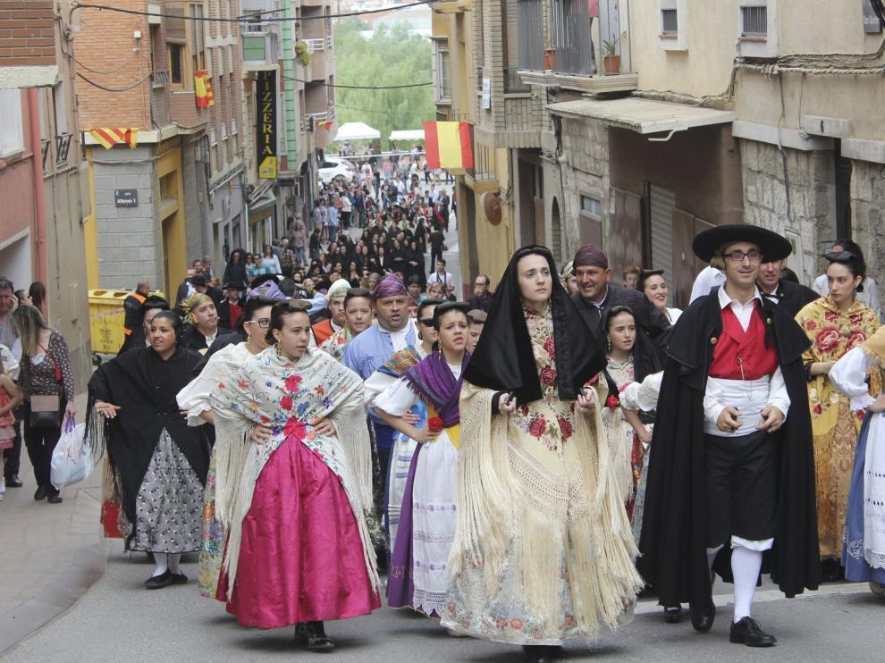 Hombres, mujeres de todas las edades, niños y niñas y hasta bebés salen a la calle para lucir el traje fragatino.