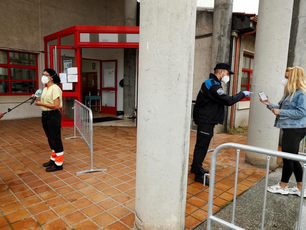 Varias personas se someten a pruebas PCR en el centro de salud de Melide, en La Coruña, este miércoles.