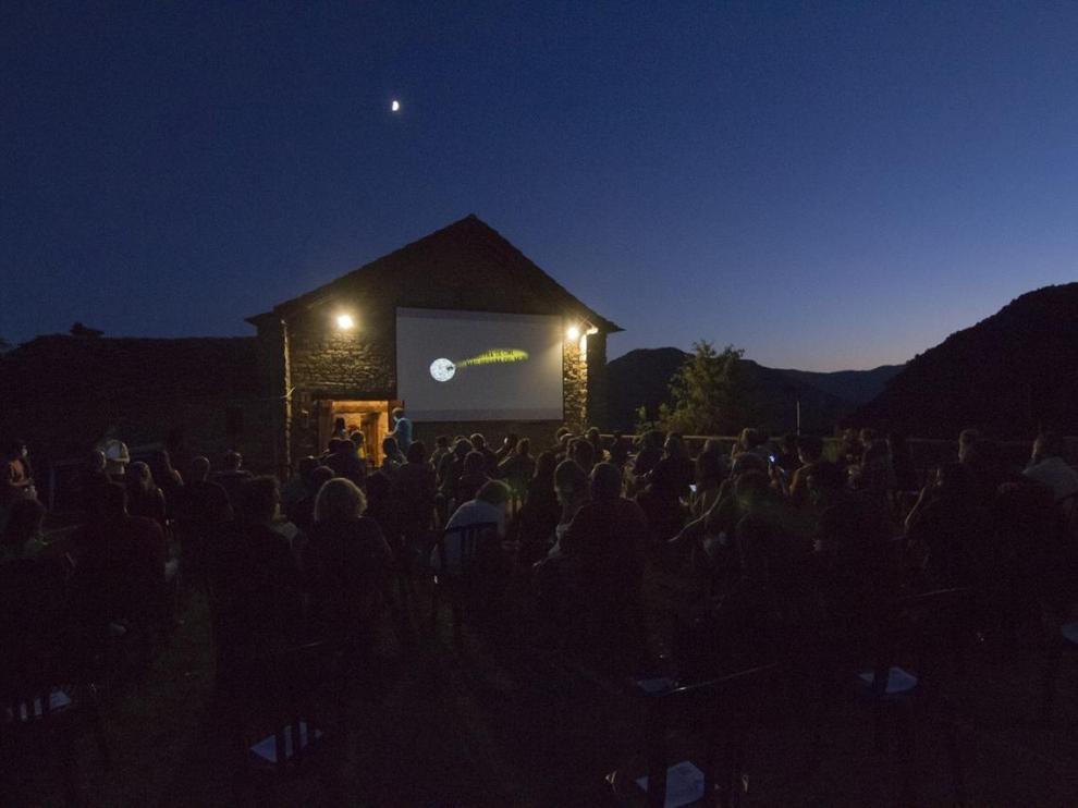 Poder hacer las proyecciones de cine al aire libre ha permitido llevar a cabo el festival de cine de Ascaso.