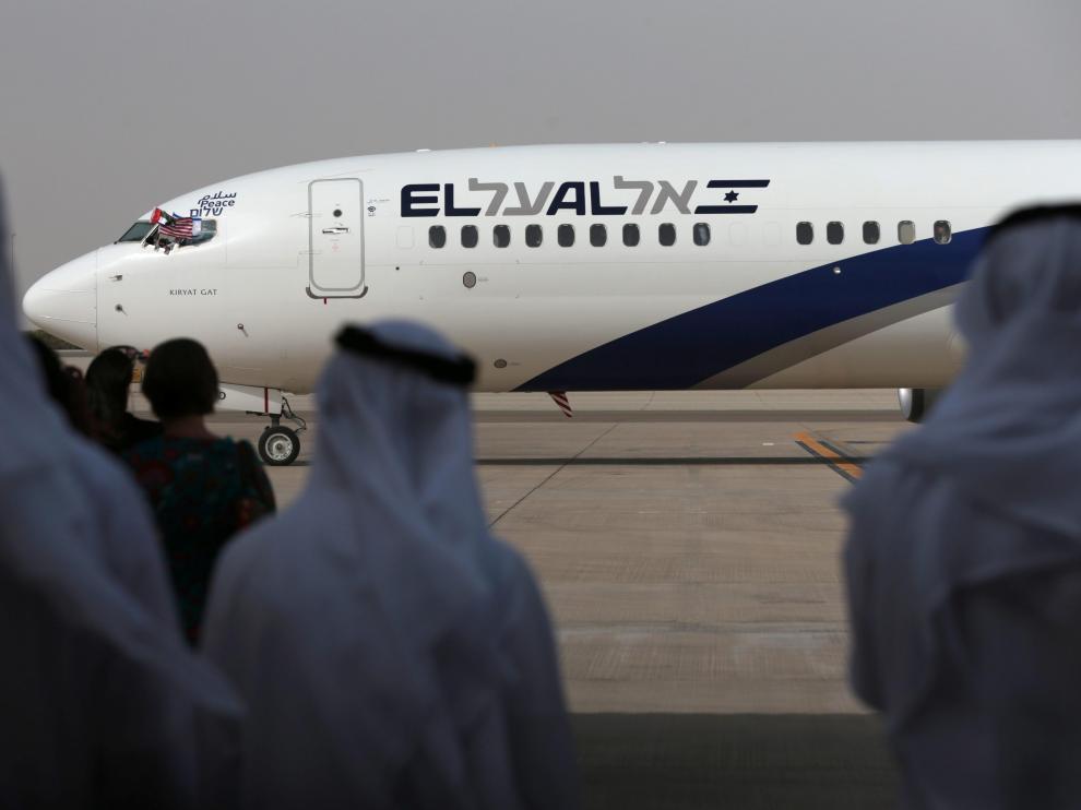El primer vuelo comercial entre Israel y Emiratos, tras aterrizar en Abu Dabi.