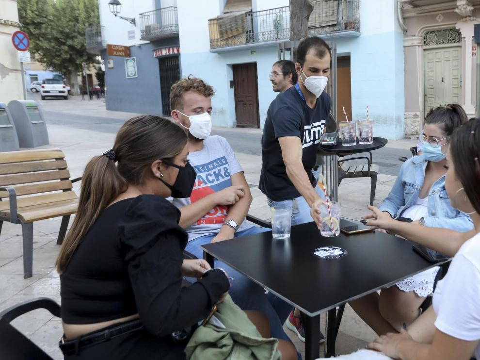 Varios locales de ocio nocturno de la plaza de Los Fueros de Huesca han retomado su actividad con veladores y en el interior gracias a una autorización extraordinaria.