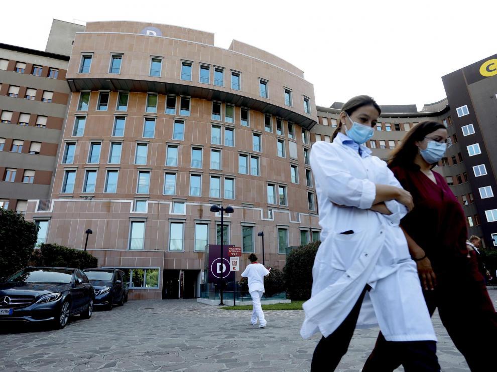 Exterior del hospital San Raffaele donde está hospitalizado Berlusconi, el viernes en Milán.