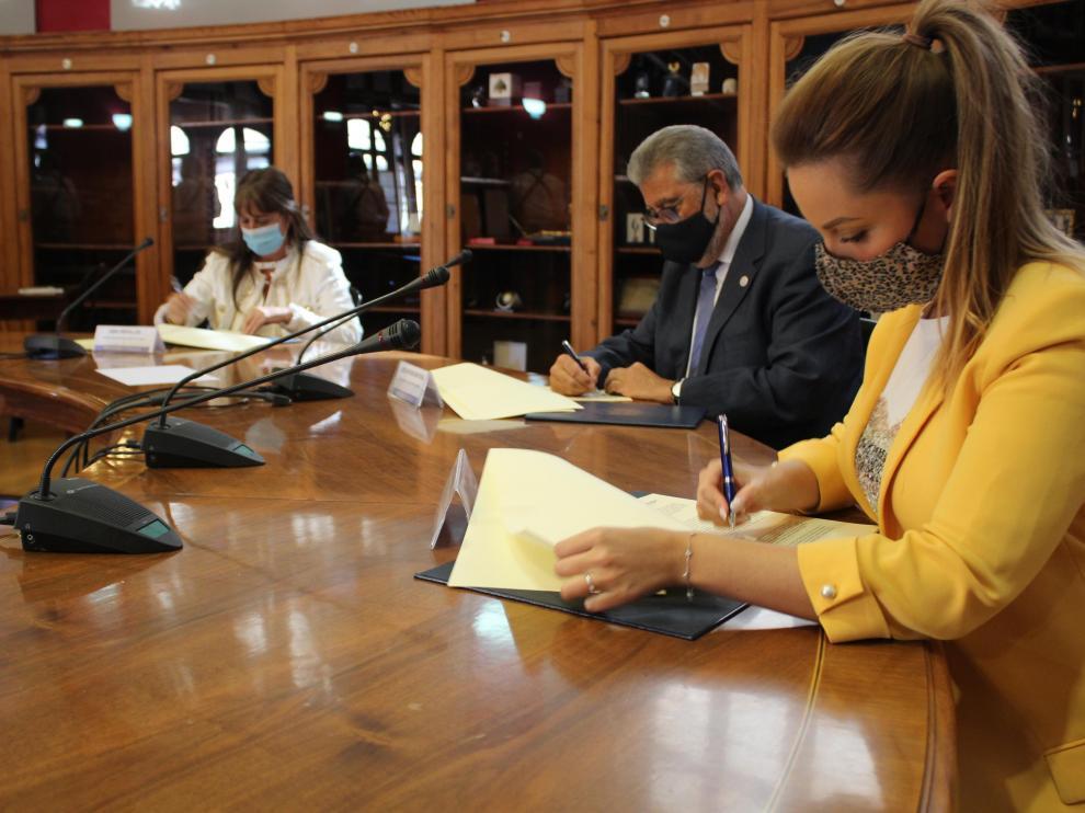 Firma del concierto suscrito por la Universidad de Zaragoza, la Consejería de Ciencia, Universidad y Sociedad del Conocimiento y la Consejería de Sanidad.