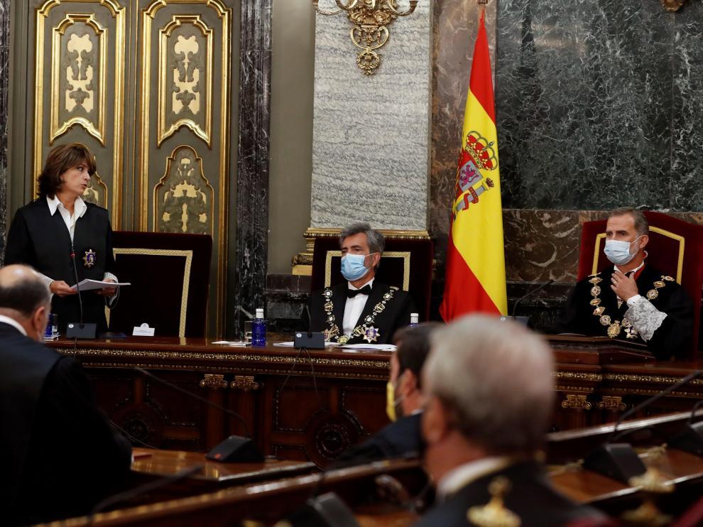 La fiscal general del Estado, Dolores Delgado, interviene en presencia del rey Felipe VI y del presidente del CGPJ, Carlos Lesmes (c), durante la inauguración del año judicial, este lunes en el Tribunal Supremo en Madrid.