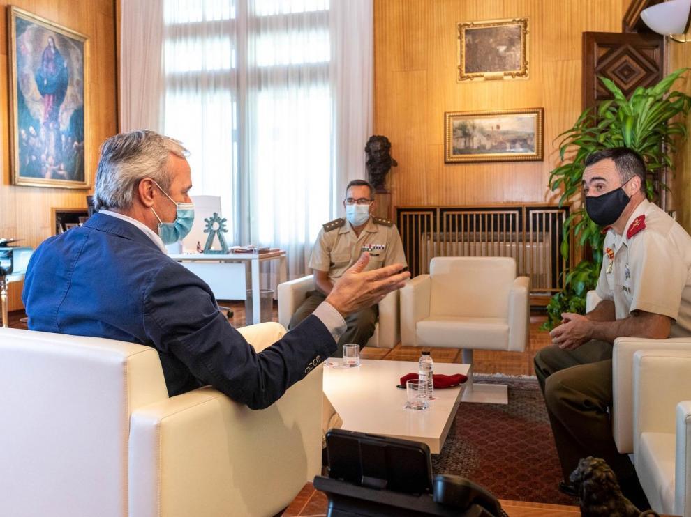 Azcón durante su reunión con el nuevo director de la Academia General Militar y comandante militar de Zaragoza y Teruel, el general de brigada Manuel Pérez López, que ha estado acompañado por el coronel Fernando Ruiz Idiago.