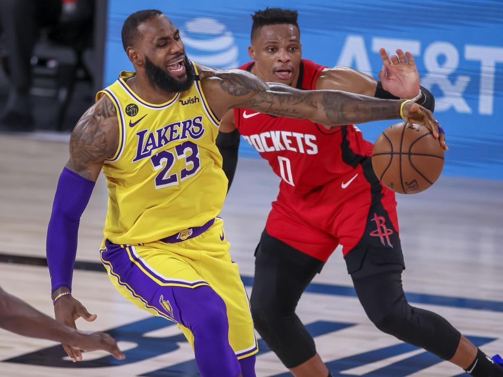 LeBron James (izquierda), en acción contra Russell Westbrook.
