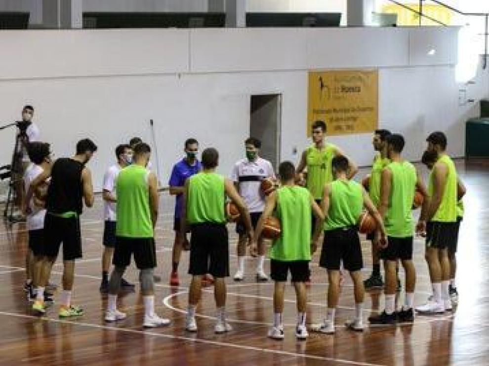 Diego Gómez se dirige a sus jugadores durante un entrenamiento de la pretemporada.