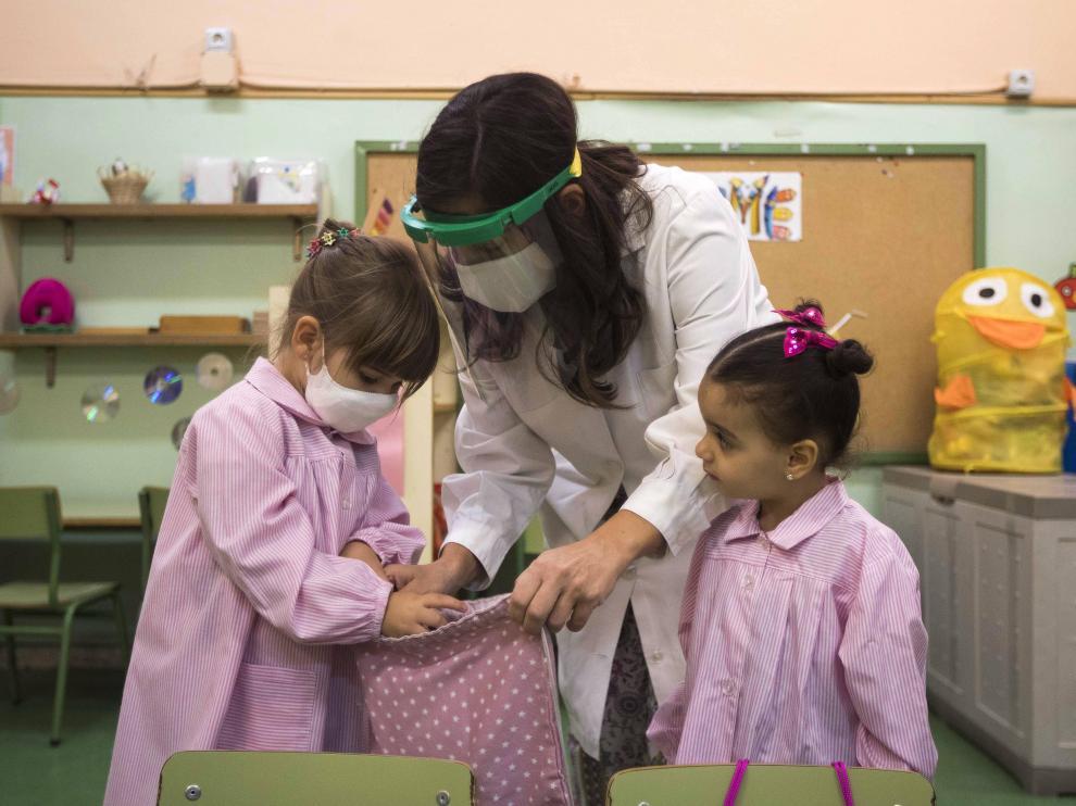 Alumnas de infantil del CEIP Tío Jorge de Zaragoza, en su primer día de regreso a las aulas.