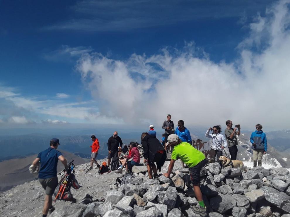 Montañeros en la cima de Monte Perdido el sábado 1 de agosto, primer fin de semana del mes vacacional por excelencia.