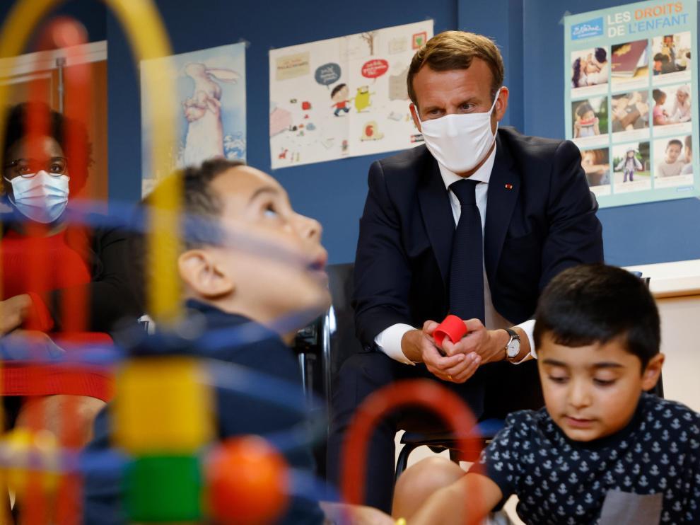 Emmanuel Macron, durante su visita a un centro de protección de menores en los suburbios de París.
