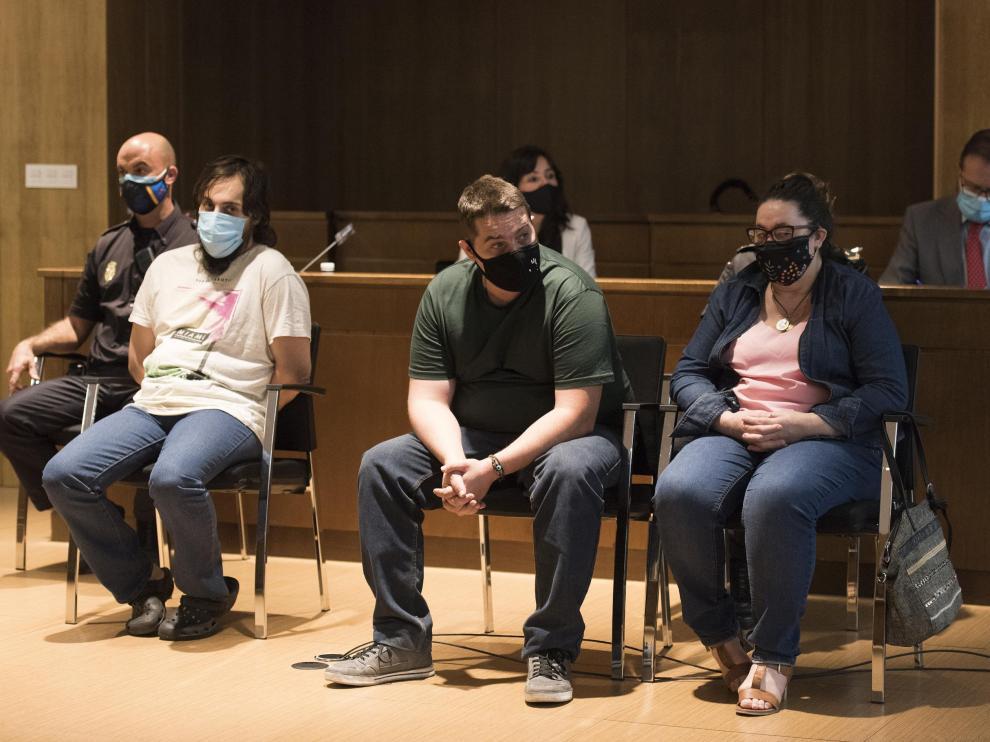Iván Pardo, a la izquierda, escuchando el veredicto del jurado junto a su hermano y su madre.