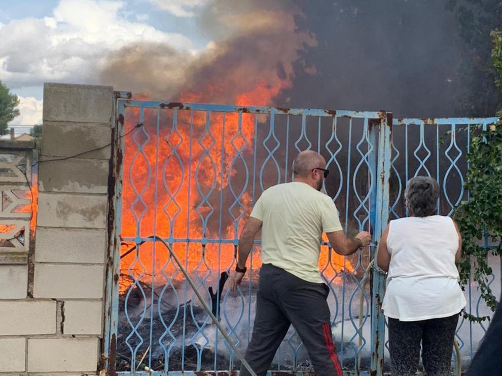 Incendio en una parcela vacía de la urbanización El Sisallar en Nuez de Ebro