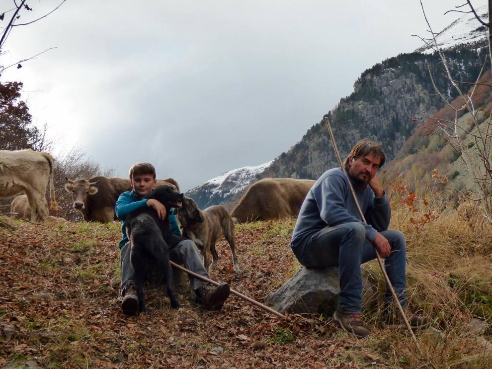 Alberto Palación es uno de los 15 alumnos que se formarán para a su vez enseñar a los pastores. En la imagen, con su hijo Teo en una zona de prados junto al río Zinqueta, en Gistaín.