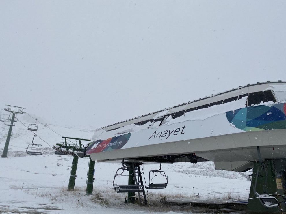 Primera nevada del otoño en la estación de esquí de Formigal.
