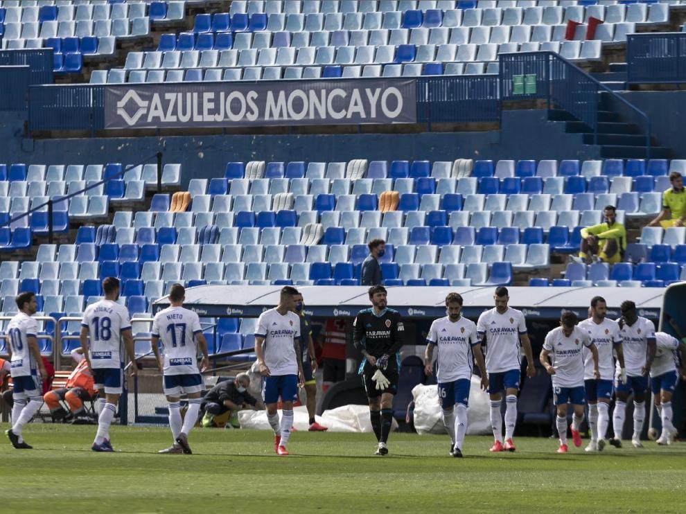 Salida al campo de los futbolistas del Real Zaragoza al inicio de su cita con Las Palmas.