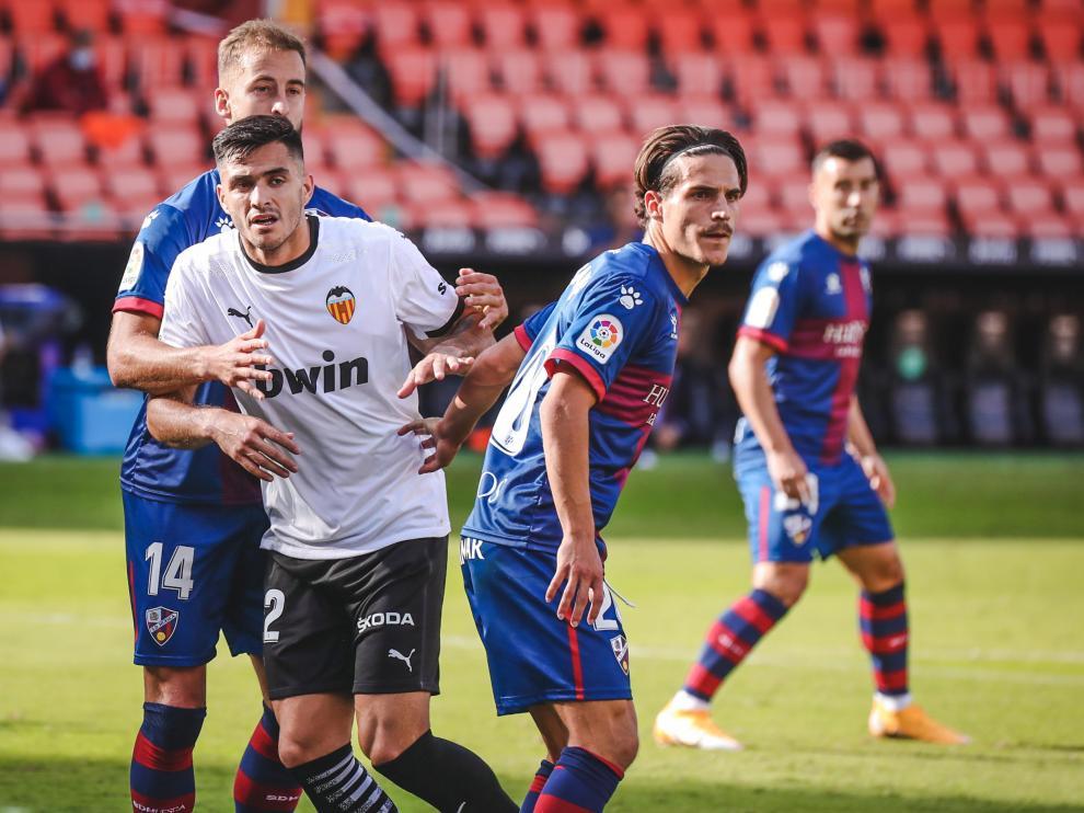 Jaime Seoane y Jorge Pulido marcan al delantero del Valencia Maxi Gómez.