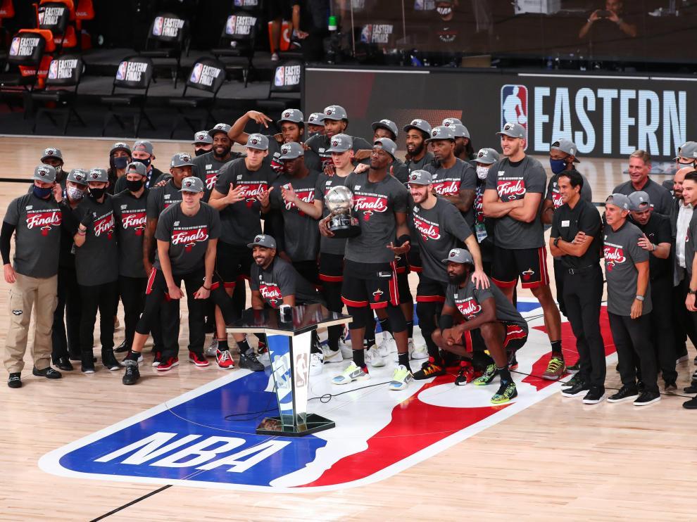 Los Heat de Miami celebran la victoria por 125-113 ante los Celtics de Boston en el sexto partido de las finales de la Conferencia Este y que les permite disputar las finales