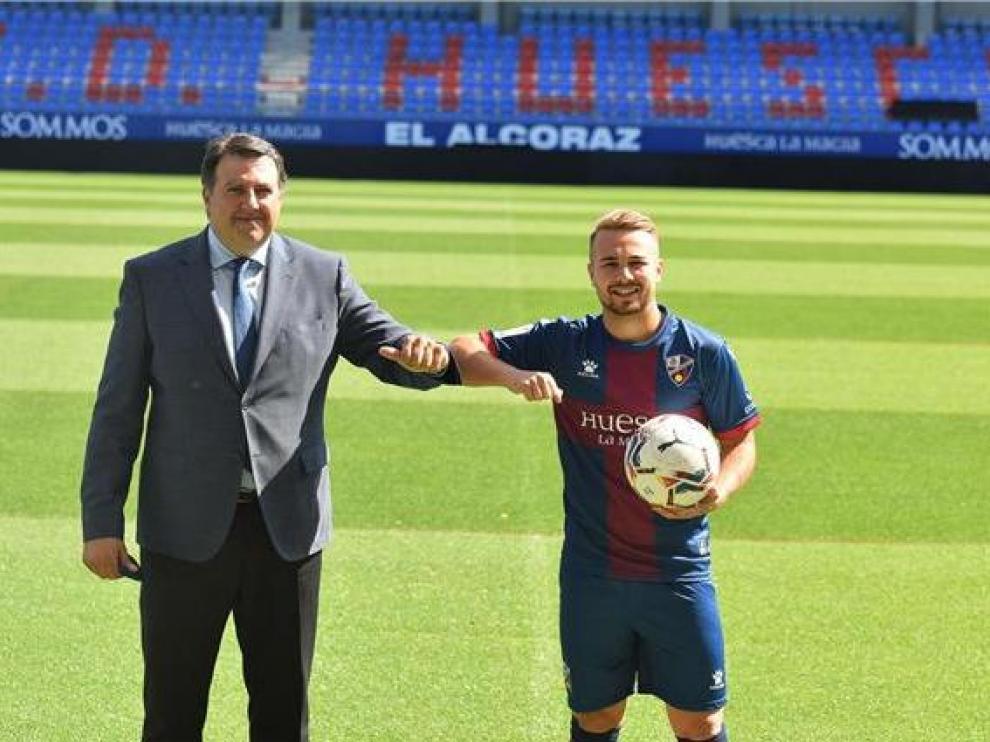 El consejero delegado de la SD Huesca, Manolo Torres, y el extremo Javi Ontiveros.